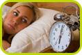 Mulher deitada observando um relógio