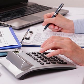 b31a341348684 Pessoa escrevendo e utilizando uma calculadora · Informativo Unimed