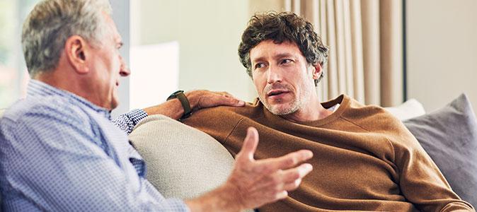 rapaz e senhor conversam no sofá