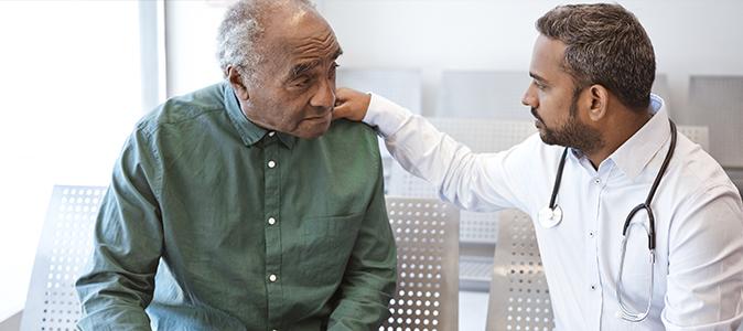 Homem se consultando com um médico