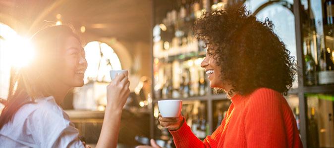 amigas bebem café e sorriem