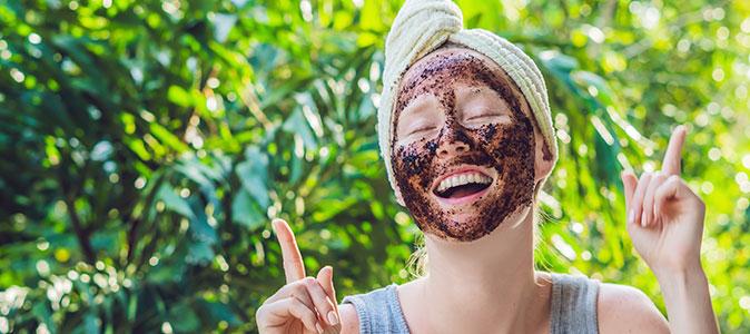 mulher faz máscara facial com café