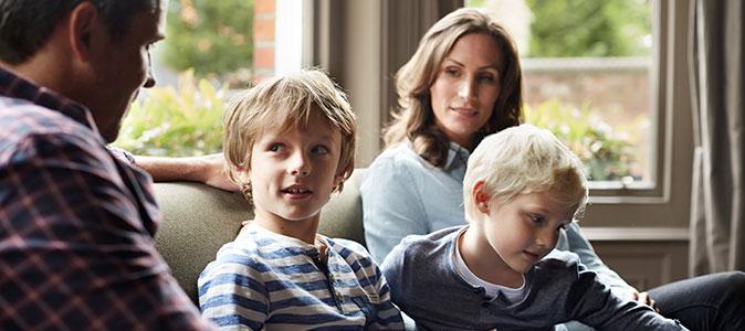 filhos conversam com seus pais na sala
