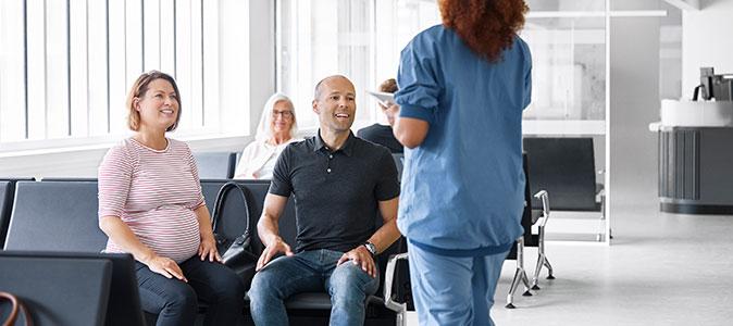 casal conversa com enfermeira
