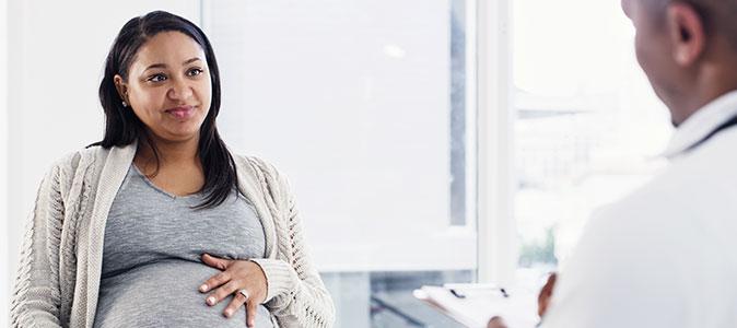 mulher grávida conversando com um médico