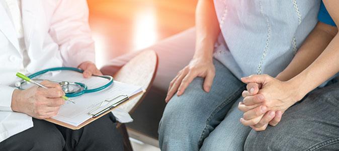 casal e médico sentados discutindo um tratamento para engravidar
