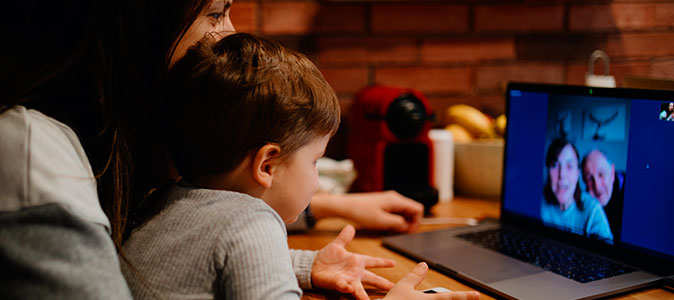 mãe e bebê realizam uma videochamada