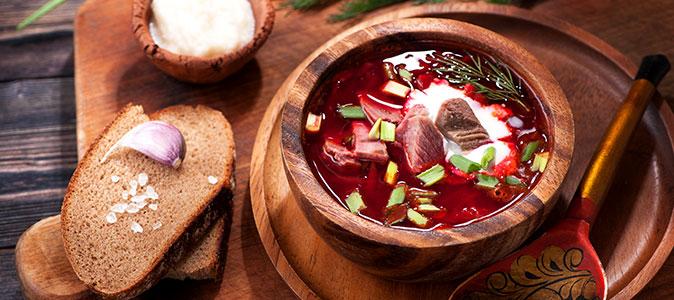 sopa borscht sob a mesa