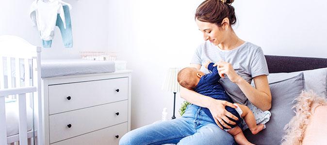 mãe amamenta seu filho em um quarto