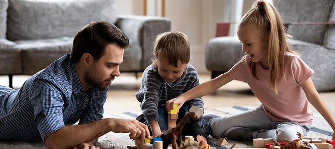 pai brincando com filhos