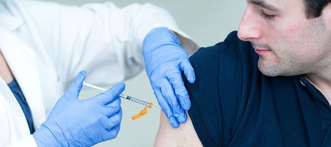 Rapaz se vacina com uma médica