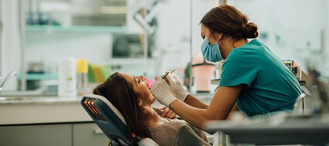 dentista examinando paciente