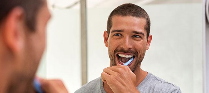 rapaz escovando os dentes