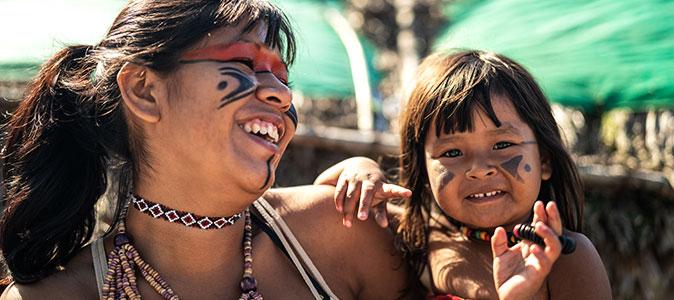 Mulher e crianças indígenas