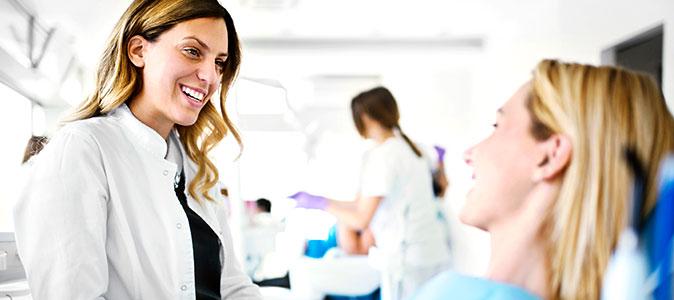 dentista conversando com paciente
