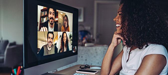 moça está em uma videochamada com amigos
