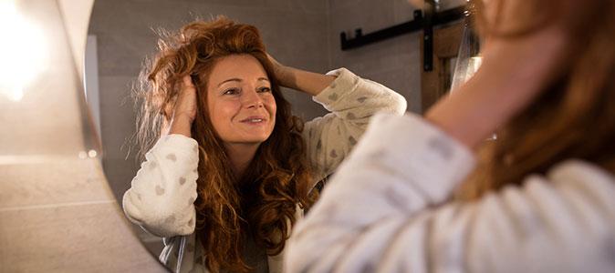 mulher penteando cabelo