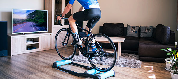 Homem treinando ciclismo indoor