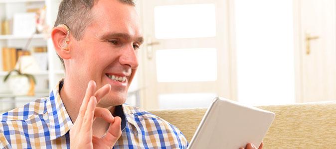 rapaz surdo utiliza um tablet