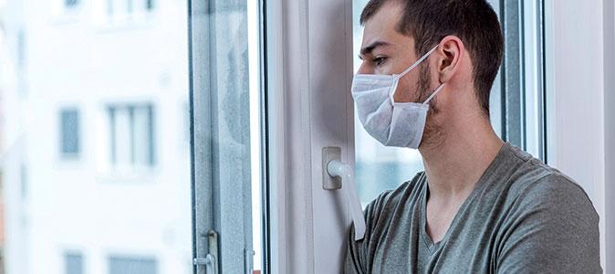 rapaz na janela usa máscaras