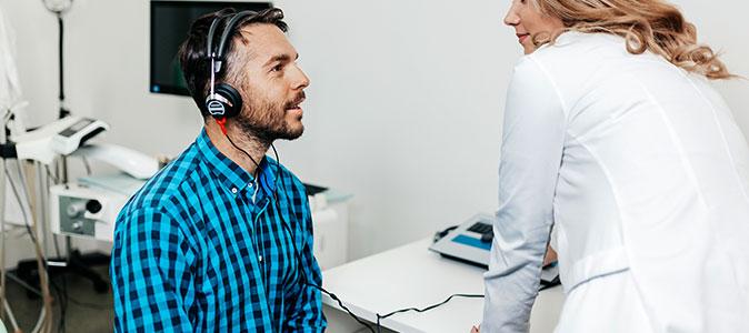 um rapaz realiza exame de audição
