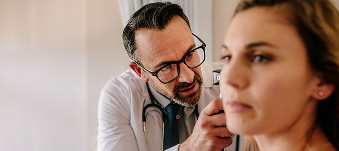 médico realiza exame em paciente