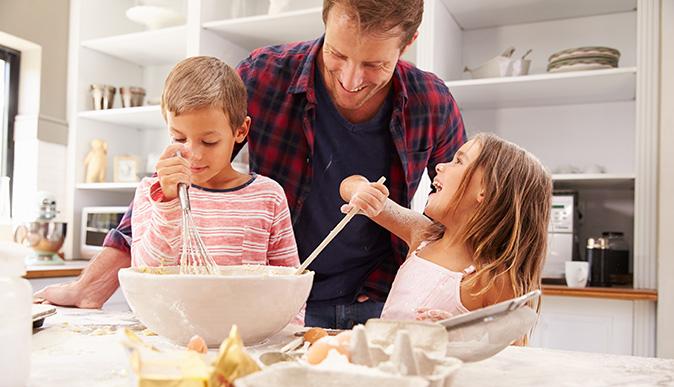 Resultado de imagem para cozinhando com os filhos
