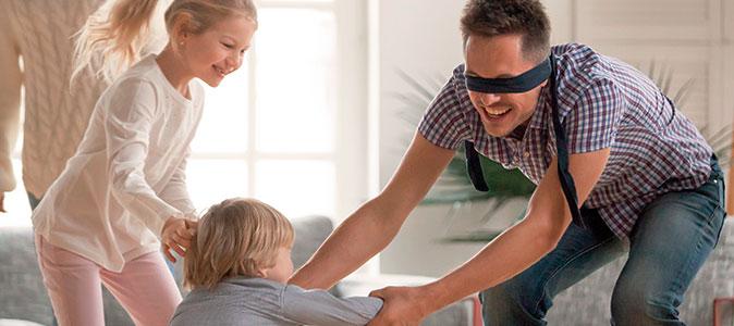 pais e filhos brincando de cabra-cega