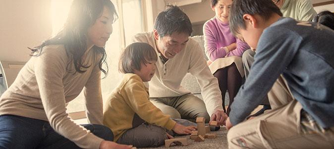 familia brincando no chão de um quarto