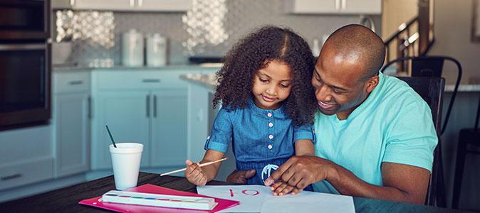 menina brincando de pintura junto de sua mãe
