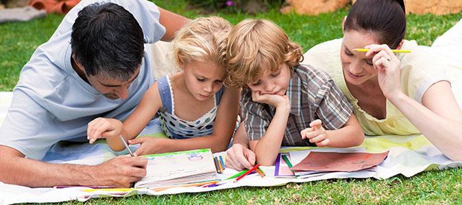 família brincando na grama