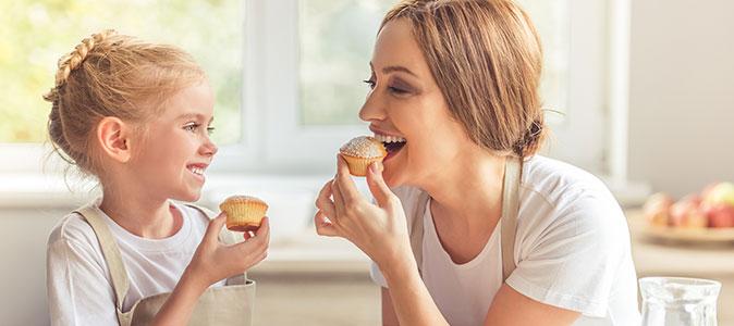 mãe e filha comendo mufiin
