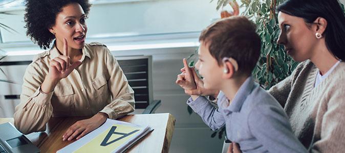 criança com deficiência adutiva aprendendo libras