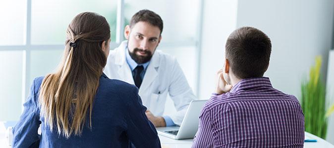 casal em consulta com médico