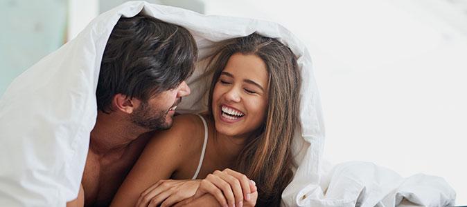 Casal deitado na cama