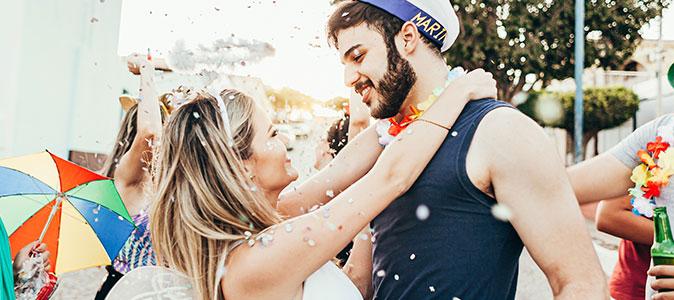 casal se abraçando no carnaval