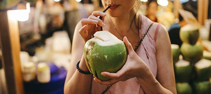 moça tomando água de coco