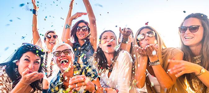 grupo de amigos sorrindo no carnaval