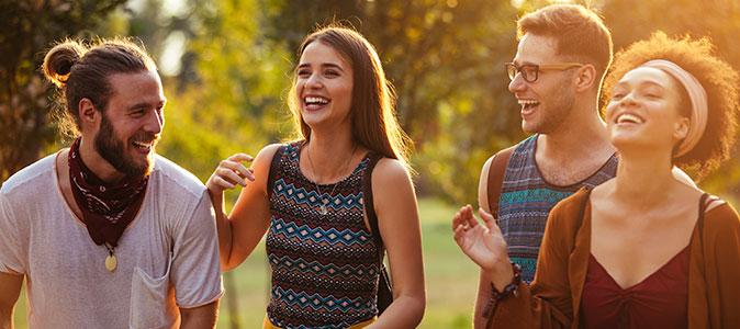 quatro amigos caminham e riem