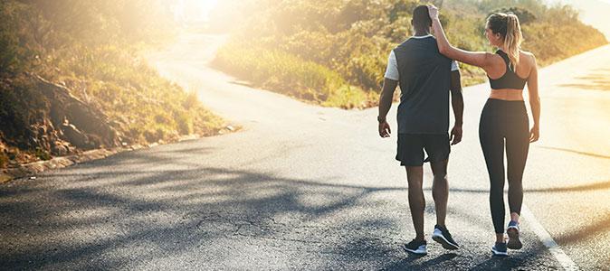 casal caminhando em uma estrada