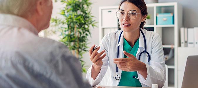 médica orientando paciente
