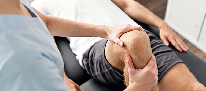 um rapaz é atendido com dores nos joelhos