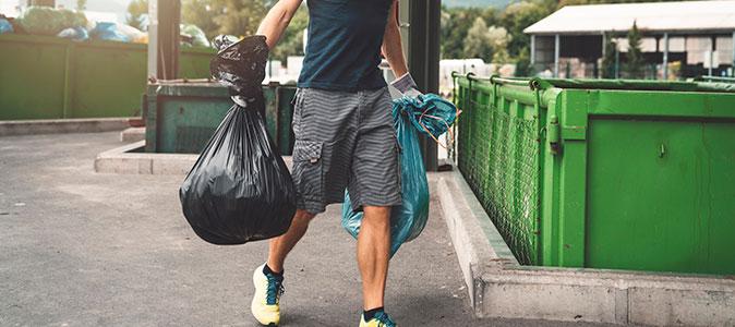 homem descartando o lixo