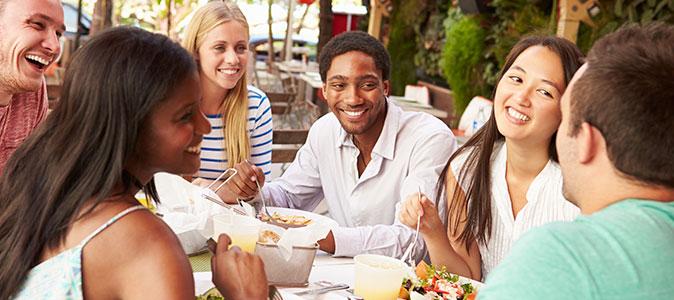 amigos almoçando em na praia