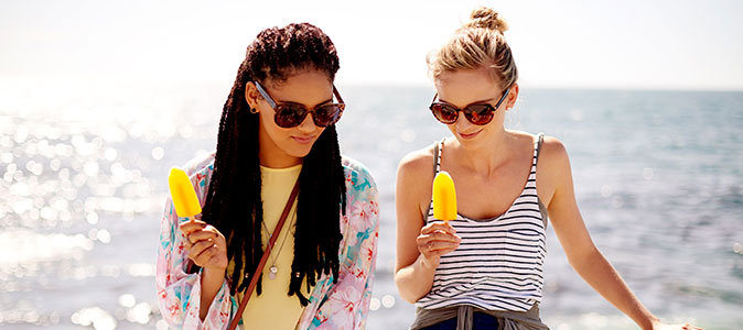 moças tomando picolé de frutas