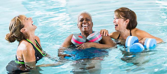 mulheres sorrindo na piscina