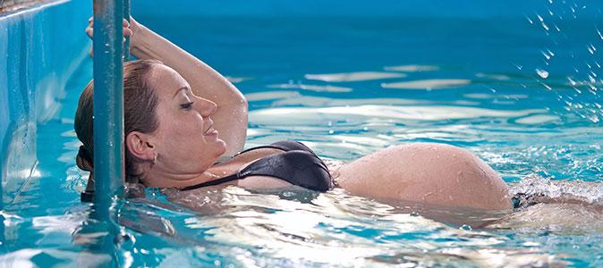 mulher grávida realizando hidroginástica