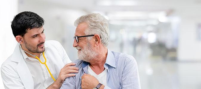 senhor idoso se consultando com um médico