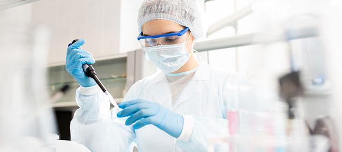 médica analisando virus
