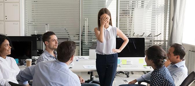 moça em uma reunião tímida